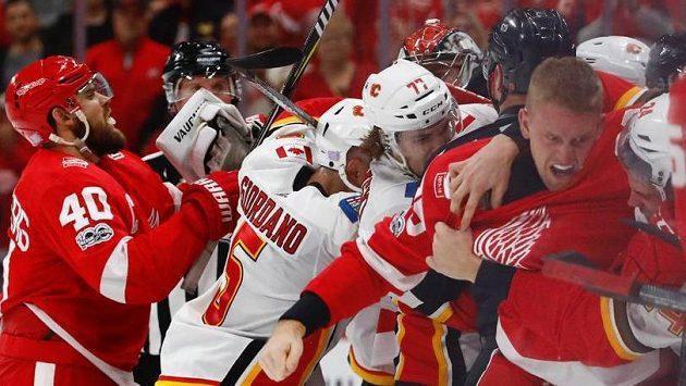 Hromadná bitka v závěru utkání Detroit - Calgary.