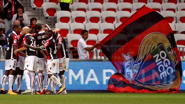 Mario Balotelli se spoluhráči z Nice oslavují gól v ligovém utkání proti Monaku.