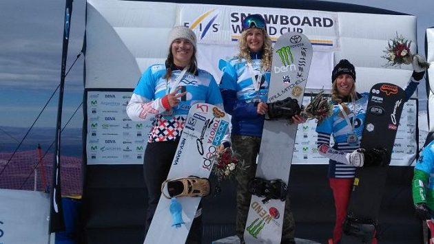 Eva Samková (vlevo) na stupních vítězů v Argentině spolu s vítěznou Lindsey Jacobellisovou a třetí Francouzkou Chloé Trespeuchovou.