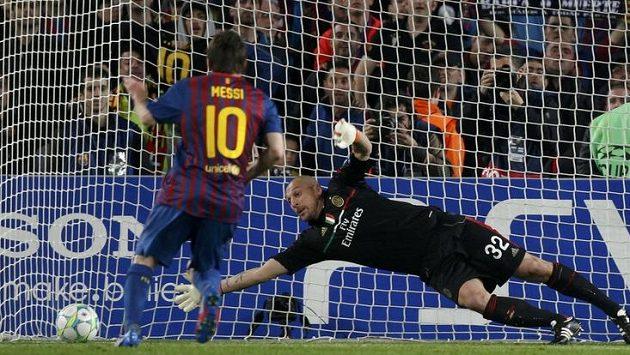 Útočník Barcelony Lionel Messi prostřeluje brankáře AC Milán Christiana Abbiatiho.