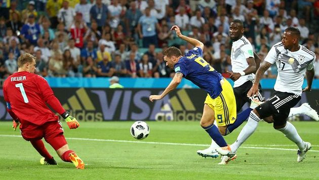 Švédský útočník Marcus Berg padá po zákroku Jeromeho Boatenga (zcela vpravo) v pokutovém území. Polský sudí Szymon Marciniak ale penaltu proti německému favoritovi nenařídil.