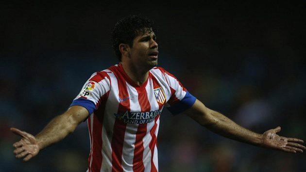 Diego Costa z Atlétika Madrid gestikuluje v ligovém utkání proti Valencii.