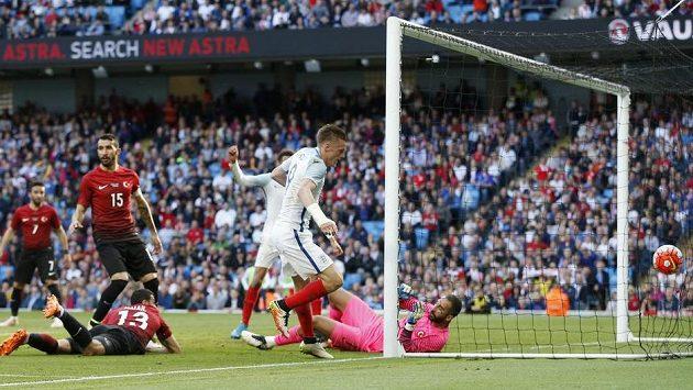 Jamie Vardy dává druhý gól Angličanů.