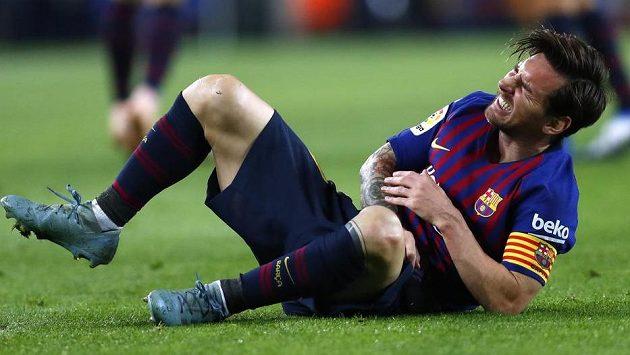 Lionel Messi si v utkání se Sevillou zlomil vřetenní kost. Teď už poletí k úternímu zápasu Ligy mistrů na hřišti Interu. Zda se jednatřicetiletá hvězda objeví i na hřišti, ale není jasné.
