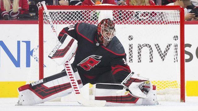 Petr Mrázek chytá kotouč do lapačky v utkání s New Yorkem Islanders.