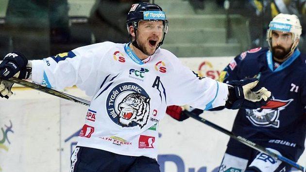 Petr Vampola z Liberce se raduje z třetího gólu proti Chomutova.