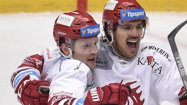Třinečtí hokejisté se radují z druhého gólu. Vlevo autor gólu Petr Vrána a vpravo Matěj Stránský.