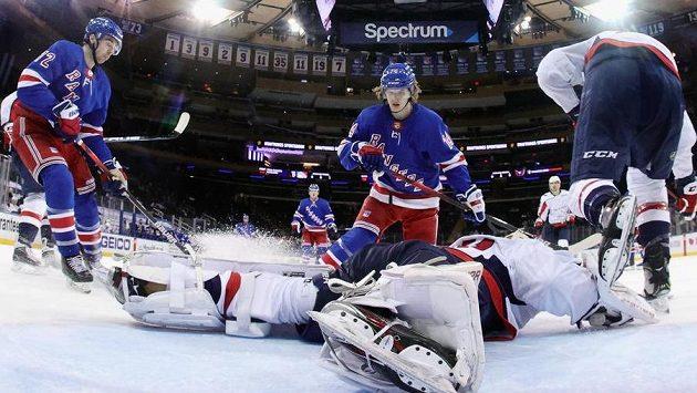 Český hokejový brankář Washingtonu Capitals Vít Vaněček zasahuje.