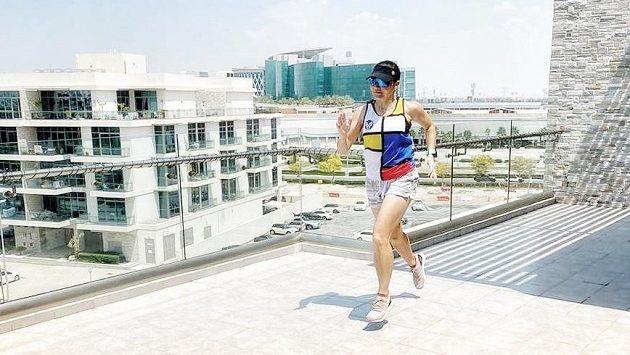 Manželé Allinovi se na balkonu ve svém apartmá v Dubaji chystají uběhnout maraton. Takto se na netradiční výzvu připravuje Hilda Allinová.