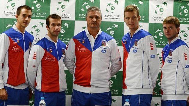Český daviscupový tým ve složení zleva Lukáš Rosol, Radek Štěpánek, trenér Jaroslav Navrátil, Tomáš Berdych a Ivo Minář.