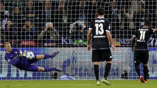 Brankář Manchesteru City Joe Hart chytá penaltu Raffaelovi z Mönchengladbachu v utkání Ligy mistrů.