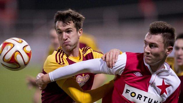 Zleva Marek Hanousek z Dukly a Jaromír Zmrhal ze Slavie bojují o míč.