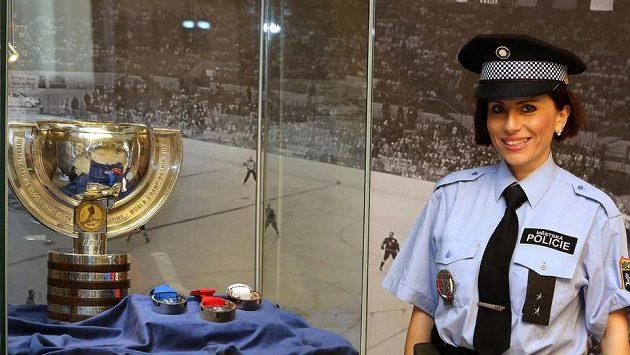 Na ostravské radnici vystavili organizátoři pohár pro hokejové mistry světa a sadu medailí. Jsou umístěny ve vestibulu Nové radnice města Ostravy a jsou pod dohledem městské policie.