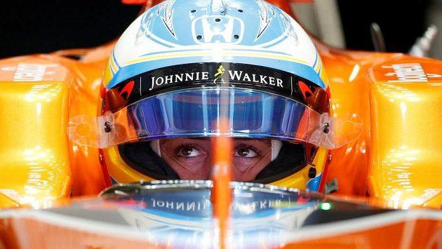 Fernando Alonso v kokpitu McLarenu během tréninku.