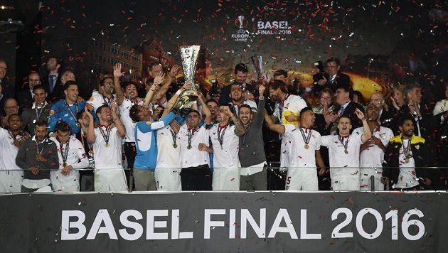 Fotbalisté Sevilly si užívají triumf v Evropské lize.