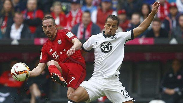 Střelec vítězné branky Bayernu Franck Ribéry (vlevo) v souboji s Timothym Chandlerem z Frankfurtu.