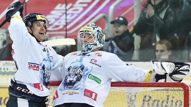 Petr Gřegořek a brankář Ján Lašák z Liberce se radují z vítězství nad Spartou.