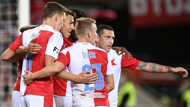 Radost v podání fotbalistů Slavie během utkání s Teplicemi.