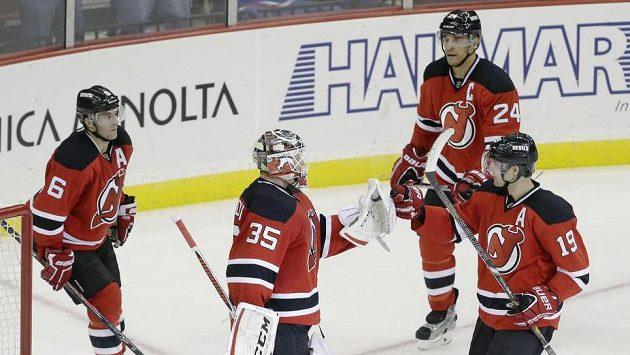 Hráči Devils se radují ze své první letošní výhry. Zleva Greene, brankář Schneider, Salvador a Zajac.