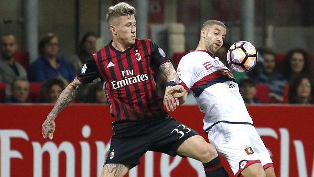 Potetovaný až ke krku. Exsparťan Juraj Kucka (vlevo) v barvách AC Milán v souboji s janovským Adelem Taarabtem.