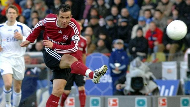 Tomáš Galásek během působení v Norimberku v bundesligovém utkání s Karlsruhe.