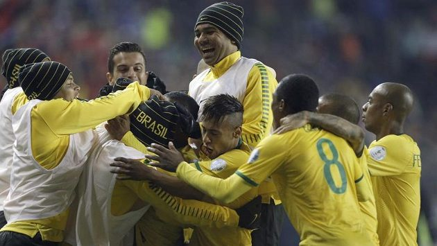 Radost fotbalistů Brazílie po výhře nad Peru.