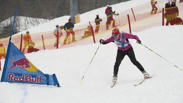 Biatlonistka Gabriela Soukalová s mírně vyděšeným výrazem na trati Red Bull Nordix.