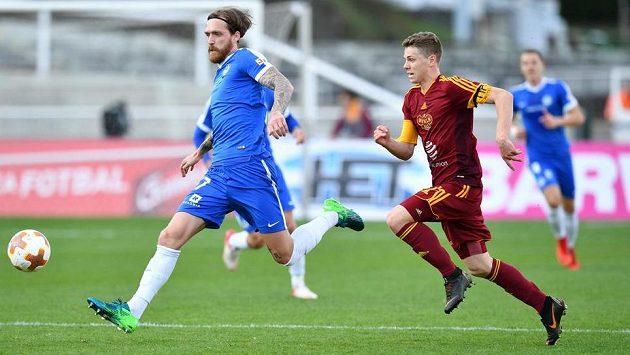 Milan Kerbr z Liberce odehrává míč před Davidem Douděrou z Dukly.