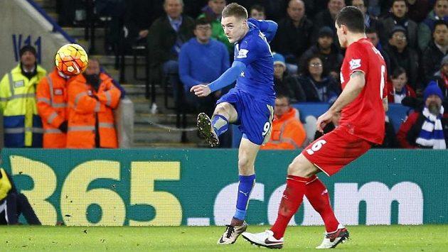 Útočník Leicesteru Jamie Vardy právě dává svůj spektakulární gól do sítě Liverpoolu.