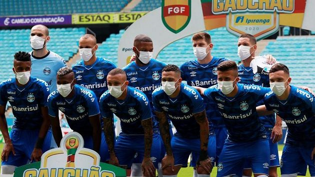 Fotbalisté Grémia nastoupili k utkání brazilské ligy v rouškách.