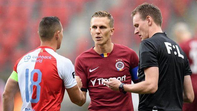 Letenský kapitán Bořek Dočkal vyfasoval druhou žlutou kartu v nadstavbě v derby na Slavii.
