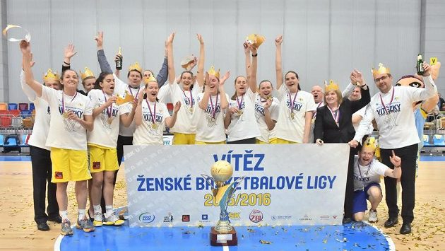 Basketbalistky USK Praha slaví vítězství v lize.