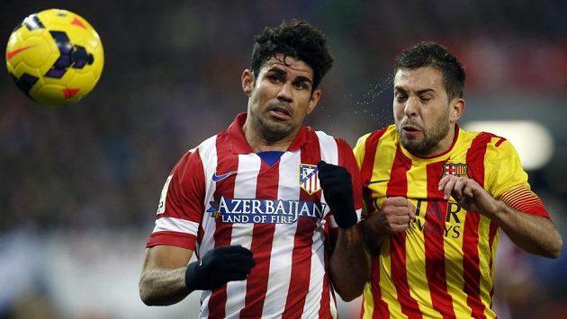 Diego Costa (vlevo) z Atlétika Madrid v souboji s barcelonským Jordim Albou.