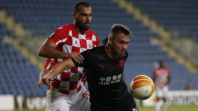 Stanislav Tecl (vpředu) si kryje míč před Loaiem Tahou z Beer Ševy.
