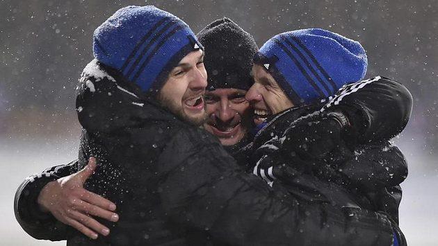 Trenér Jihlavy Martin Svědík (uprostřed) se raduje se svými asistenty.