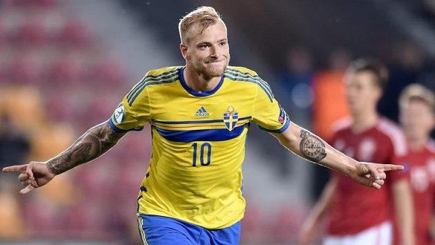 John Guidetti ze Švédska oslavuje gól z penalty proti Dánsku.