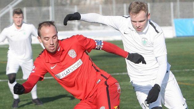 Tomáš Jablonský ze Zbrojovky v souboji s Lukášem Hruškou (vpravo) ze Skalice v utkání zimní Tipsport ligy.