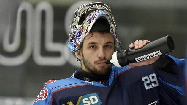 Brankář Chomutova Štěpán Lukeš bratrský souboj se starším sourozencem prohrál.