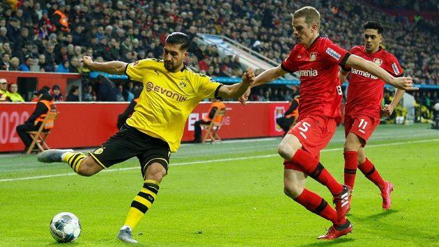 Dortmundský Emre Can a Sven Bender z Leverkusenu.