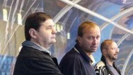 Břetislav Kopřiva (vlevo) na střídačce hokejistů Vsetína.