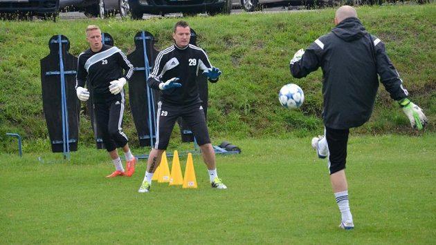 Brankář Karviné Branislav Pindroch a Jan Laštůvka (uprostřed) na tréninku Karviné v letní přípravě.