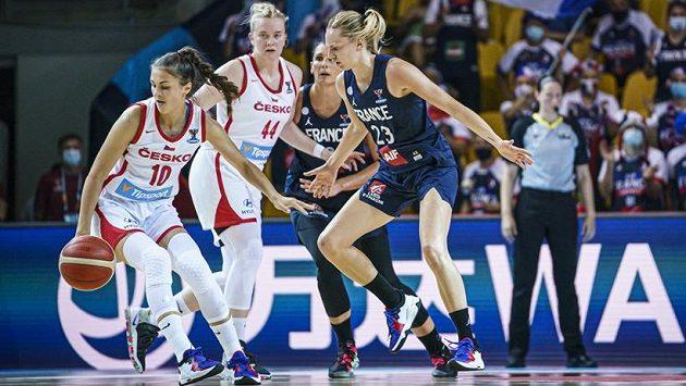 Česká basketbalistka Eliška Hamzová (vlevo) v akci v utkání proti Francii.