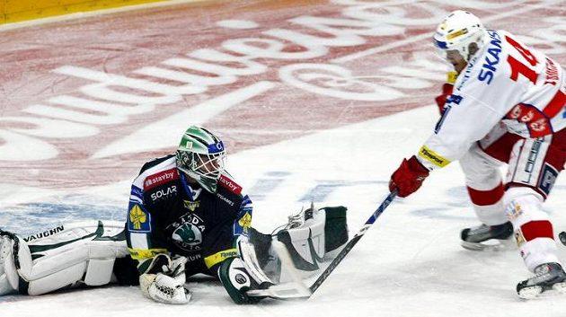 Brankář Mladé Boleslavi Marek Schwarz zasahuje před Tomicou ze Slavie