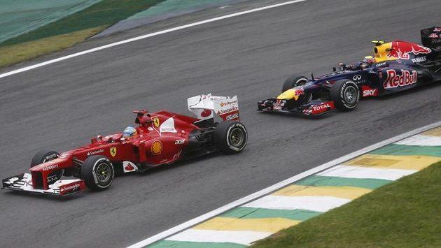 Fernando Alonso (vlevo) se v letošním ročníku MS musel sklonit před Sebastianem Vettelem z týmu Red Bull.