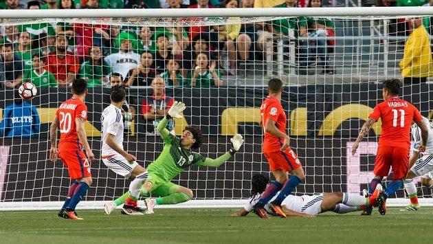 Útočník Chile Eduardo Vargas (11) střílí gól do sítě Mexika.
