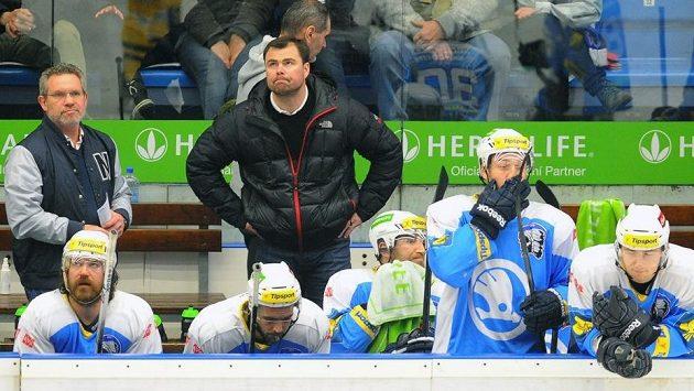 Asistent trenéra Jaroslav Špaček (vzadu uprostřed) na střídačce plzeňských hokejistů.