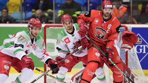 Zleva Sam Jardine a Bryce Reddick z Cardiffu a Radek Smoleňák z Hradce Králové.