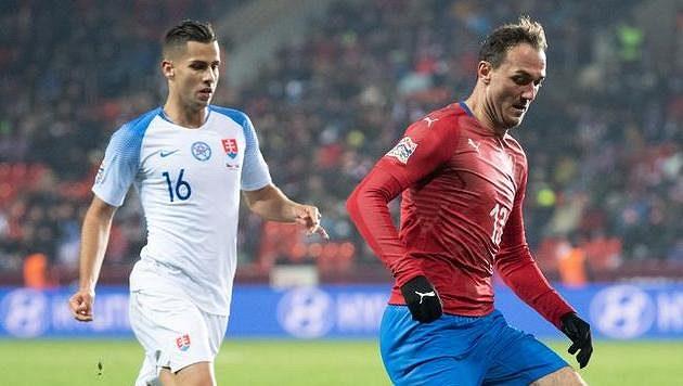 Slovák Dávid Hancko (vlevo) a český útočník Martin Doležal během utkání Ligy národů v Edenu.