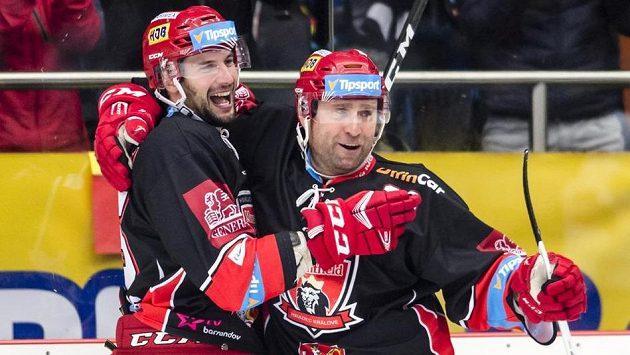 Blaž Gregorc (vlevo) a Jaroslav Bednář z Hradce Králové oslavují gól ve východočeském derby s Pardubicemi.