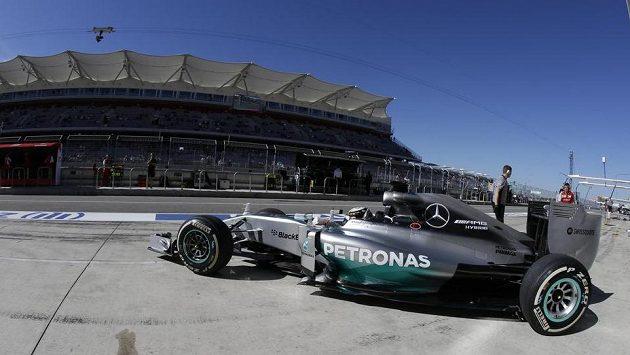 Lewis Hamilton během prvního tréninku va Velkou cenu USA v Austinu.